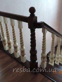 Резная лестница из ясеня по металлическому каркасу