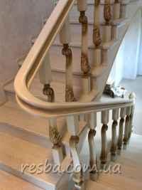 Лестница из массива дерева ясеня.
