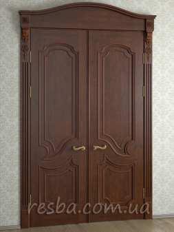 Межкомнатная или входная деревянная дверь D3-33. Возможно исполнение глухое или со стеклом. В стоимость входит два дверных полотна 600х2000мм. из массива ясеня, дверная лутка шириной 100мм., наличники на одну сторону.