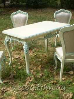 Резные столы и стулья