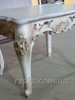 Небольшой изящный резной журнальный столик. Ножки кабриоль, ставшие популярными в 18 веке, придают этому резному журнальному столику более округлых изящных форм. Очень красиво смотрится в светлом цвете с патиной. Информация для заказа. Размеры: столешница — 900×600 мм.; высота стола — 530 мм. (возможны индивидуальные размеры); материал: ясень, дуб (дуб +20% стоимости); наличие: под заказ.